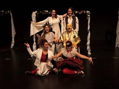 H παράσταση «Νάρκισσος & Ηχώ… και άλλες μεταμορφώσεις»  βάζει τα γιορτινά της!